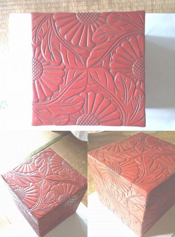 古い重箱なのですが、どういうものか?わからない 分かる方、お教えください m(_ _)m 木製の土台で花模様が彫ってあります 木箱に納めてありまして、蔵から出てきました