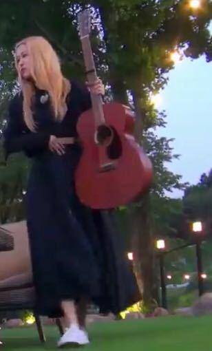 BLACKPINKのロゼが使っているこのギターってどこの物か分かる方いますか?