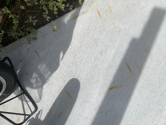 写真のようにコンクリートに自転車のサビが移ってしまいました。落とす方法ありますか?