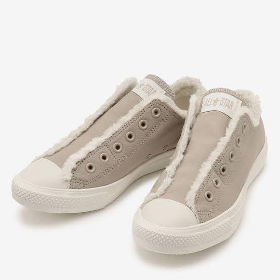 こちらのコンバースのスニーカーが可愛くて欲しいのですが、写真だと靴紐が付いていません。 元々靴紐が無いデザインなのでしょうか。