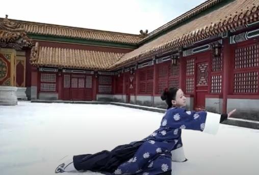 エイラク(中国ドラマ)の、三歩一叩の雪の降る場面ですが・・ カッ~と晴れた日に、 ひたすら★