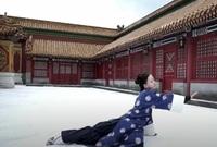 エイラク(中国ドラマ)の、三歩一叩の雪の降る場面ですが・・  カッ~と晴れた日に、  ひたすら★人力で雪を敷き詰めたりするのでしょうか?