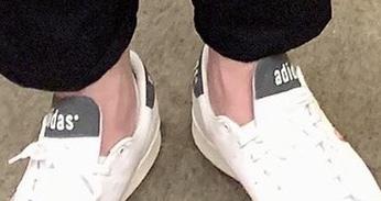 スニーカーには詳しくなく、どのシリーズのものなのかわかりません。このスニーカーの詳細がわかる方いらっしゃいましたら教えてください。 adidasのメンズのものだと思います。