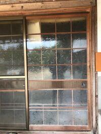この様なドアをアルミサッシにしたい場合は、敷居の上からサッシの枠をはめ込むのですか? 1枚が180 90センチくらいです。 6枚ありますが、いくらくらいですか?  網戸がありますだ後付けです。
