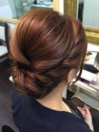 この髪型ですが、どのように作るのかわかりません。 くるりんぱを2回、まわりは縄編みにしてはふといので、ピンで留めているのかなと思いますが… 金曜日の卒業式にこのような髪型にしてほしいと頼まれていまして...