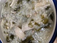薊さんの沼を作っていたら、10時間の炊飯器の保温ののちに赤い丸いものが出現していました。 入れたものは鶏胸肉、乾燥わかめ、冷凍エリンギ、お米、オクラと水です。 炊き上がったタイミングでさらに水(500ccく...