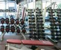 筋トレ ジムについて トレーニングジムは一般的に、どういった感じの設備が整ってますか?(マシンやダンベル・バーベルなどの器具数、器具の種類の数など)   また、胸筋 背中 脚 それぞれを鍛える器具が一種類...