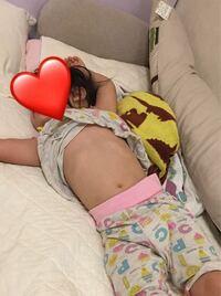 おなかを出して寝る娘、腹巻きをさせたほうがいいのでしょうか? うちの娘は暑がりなのか、いつもおなかを出して寝てます。今も夏用の寝まきですが、涼しくなってもあいかわらずおなかをだすので、しょっちゅうパジャマをなおして、タオルケットをかけたりしてます。 娘はおなかはなんともないようですが、母は腹巻きを勧めますが、主人は腹巻きは癖になるからさせない方がいいと言ってます。