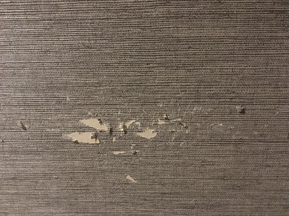 賃貸の壁紙をロードバイクのハンドルを擦ったあとがついてしまったのですが、どれくらいかかりますかね…? ちなみに、敷金はなしで、退去時清掃代で3万円支払うのですがそれとは別になるのでしょうか?