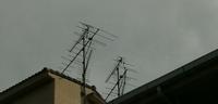 テレビアンテナについて 住んでいる集合住宅のテレビの線が「フィーダー線」なんです 屋上のテレビアンテナを確認してみると、写真のようなものだったのですが、これは地デジが映る「UHF」ですか? 分かるかた教えていただきたいです