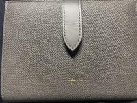 CELINEの財布をメルカリで購入致しました。 本物かを見分けるにはどうしたら良いのか分かる方がいましたらお願いします。
