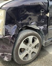 車に詳しい方質問です!  当て逃げされました。 これはどうやったらこんなに酷くなってしまったのか… 憶測でお願いします。 自動車整備工に行ったら相手はフロント左で前からぶつけたと言われたんですがどう...