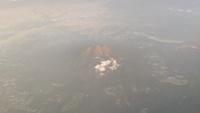 新千歳空港から大阪空港までのフライトで離陸から約25分くらいで見えてくる写真の山は何という山ですか? 山肌は茶色でした。