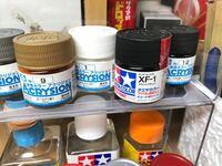 プラモデルのラッカー塗料って一回色を溶かしてその上に新しい色をつけているってことなのですか? 水性塗料とラッカー塗料の違いがまだよくわかっておりません。プラモデルは始めたばかりですよろしくお願いしま...