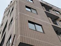 RC造のマンションのタイル外壁、いくら探しても伸縮目地や誘発目地などのシールが見えません。どういうことなのでしょうか?3〜4mおきに無くてはならないものでは無いのでしょうか?