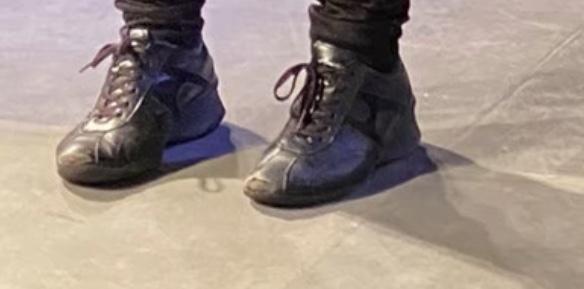 この靴を探しています、どこのブランドのものでしょうか?どこに売っているかも教えていただきたいです。