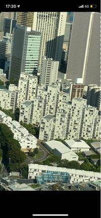 この写真中央に写っている集合住宅のような建物はどこの何という名称の建物でしょうか?