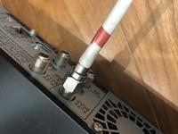 レコーダーの配線です。 このネジがひとつ外れずに困っております。 隣接していた他のネジ3つは反時計回りに回してすんなりと外れたので同様に回しているのですが固くて回らず困っております。 あいにく工具も...