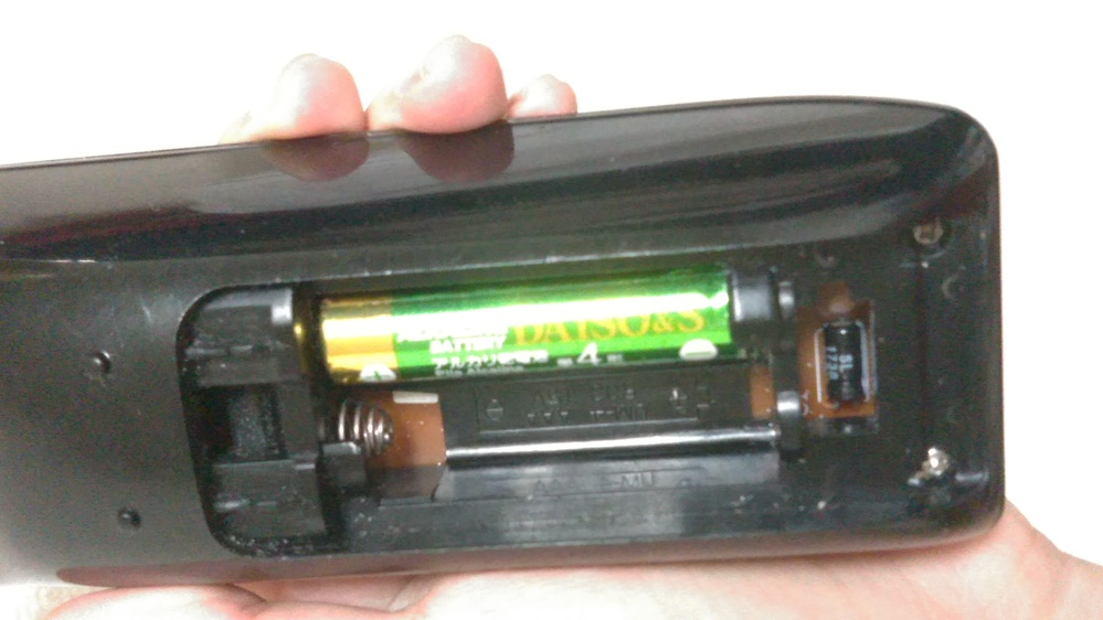 リモコンの電池を替えたいのですが、1本だけ抜けなくて困ってます…。 どうしたら上手く抜けるでしょうか…?