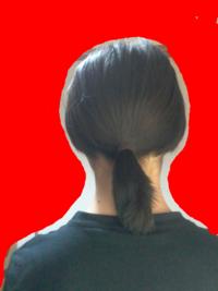 肩についた髪がはねる。中学生男子です。女子みたいな質問なんですけど肩についた髪が外側にはねてしまいます。 髪は肩下2~3センチで肩に当たって外側にはねます。結んでもぼさっと広がってしまいます。何か対処法はないですか?またはねなくなるまでどのくらい期間がかかりますか?