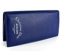 画像のクリスチャンディオールの財布を男が持ってたらどうですか? 色とロゴ?が気にいったのですが、クリスチャンディオールはレディースなので変じゃないでしょうか