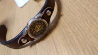 腕時計の電池交換について詳しい方お願いします。このタイプの腕時計は電池交換出来ますか? ベルトと時計本体が金属でがっちり固定されてる(カシメられている?)ものです。これを時計屋さんなどに持って行って『電池交換して欲しい』と言ったらやって貰えるものでしょうか?