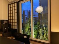 掃き出し窓を、窓枠を変えずにfix窓に変える方法はないでしょうか? 出来るだけ安価に変更できる方法をご教示ください。窓はトステムのマイスター2と言う樹脂サッシです。