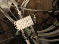 テレビの配線についての質問です(2回目) HGW、屋内補償用ブースター、分波器、写真の機械があるのですが、どのように配線をしたらよいでしょうか?  HGWにはテレビの線は「RF out」と書いてある接続部分が一...
