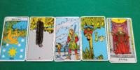 タロットカードの解釈お願いします。以前、片想いの女の子の気持ちで画像の結果が出て、解釈がカードがバラバラでわからないと言われました。 わかる方がいましたら解釈お願いします