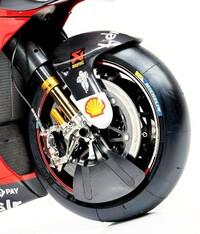 なぜフロントタイヤをフルカバーにしないのですか。 ・・・・・・・・・・・・・・・・・・・・・・・ motogpとかを見ていたらタイヤが冷えてグリップしないとかドヤ顔で語られていますが。 確かに前輪タイヤはつ...