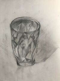 デッサン 中学三年美術系の高校に進学希望です。 実技試験があるのですが、これまで全くしてこなかったためデッサンが下手すぎて焦ってます。 ガラスのグラスかきました。 アドバイス等よろしくお願いいたします。 もっと球とか立方体とか簡単なものから練習し始めた方が良かったですね…