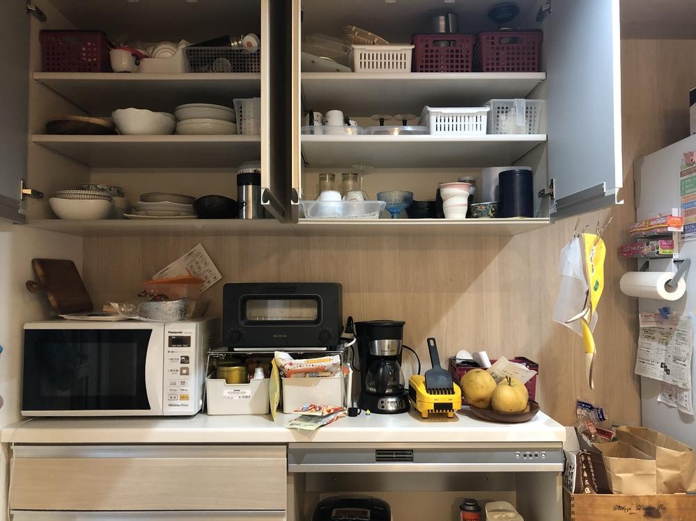 吊り戸棚の収納方法についてアドバイスお願いします。 お恥ずかしいですが、写真のようにカップボードをうまく使えていなくて、カゴもうまく使えていなく物が溢れています。 ちなみに普段使う皿や茶碗等は引...