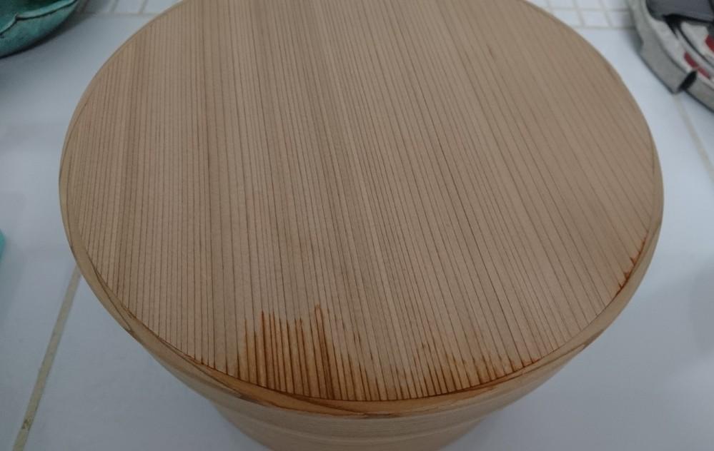 杉の曲げわっぱのおひつを購入しました。 炊き立てのご飯を入れて、しばらくたつと蓋の上部継ぎ目から湯気が染み込み、上部にじわじわと染みが広がってきます。 洗って乾かすと目立たなくはなります。この...