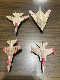 ネットで買ったおもちゃの中にあったミリタリーフィギュアの中にあった戦闘機ですが、これらは実在の戦闘機をモデルにしているのでしょうか。戦闘機にお詳しい方お願いします。