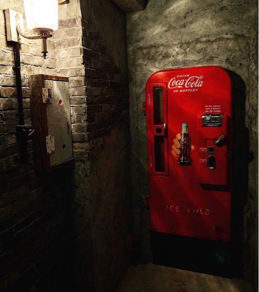 画像のバーはどこにあるかわかりますか??? 入り口がコカコーラのドアなんです。 東京の何処かなのですが、 ご存知の方おられたら教えて下さい。