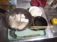 皆さん晩ご飯はなんでしたか?…僕は約半月食べた229円の「おでんセット」に飽きたので ヤオコーの37円の豆腐と99円のえのき茸1/2と148円のたらの切り身で「湯豆腐」です…美味しいです♥。