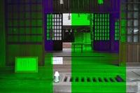 江原啓之さんが日本最強のパワースポットと述べた須佐神社で撮った写真です 霊能者見たいな人がいて、複数で参拝してました 拝殿(奥は本殿)の前で、○○○が見える....なんて言ってます 直後に私が撮った写真です どう理解したらいいんでしょうか?