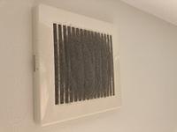 このホコリを掃除するいい方法はありませんか?? 掃除機で吸っても取れません。。 洗面所の天井です。。