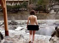 以下の画像は混浴温泉で撮られたものだそうです。 どこの温泉か分かる人いますか? 温泉に詳しい人、教えてください。