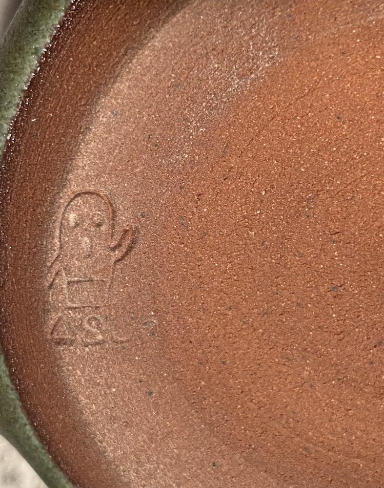 これはどこの焼き物ですか?ハニワのような烙印があります。よろしくお願いします。