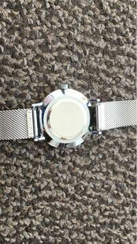 腕時計の種類について詳しい方に質問です。 当方腕時計に全く知識がない大学生です。以前プレゼントでいただいた腕時計の電池交換をしたいと思い、軽く調べたところ、裏蓋には種類があり、その種類ごとに必要な工具が違うことを知り、お手上げ状態です。そこで知恵をお借りしたいのですが、この写真の腕時計の裏蓋の種類は何ですか?また必要な工具は何でしょうか? 裏蓋には一箇所穴が開いているなどというような、特徴的...