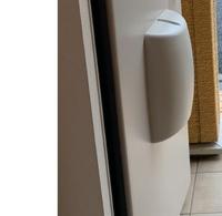 冷蔵庫の搬入でアパートのドアのポストを取りたいのですがこの形のポストは取り外し簡単でしょうか? ドアポストがあると冷蔵庫のサイズとピッタリで微妙なのでポストを取って搬入したいと思っています。  譲り受けた冷蔵庫を自分たちの力で入れるのでこちらのポストはとれますか?  よろしくお願いします。