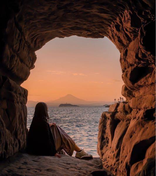 この場所どこだか分かりますか? 多分前に見えるのが江ノ島なので、稲村ヶ崎とか逗子の方のような気がします。