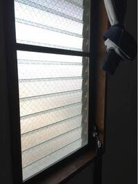 エアコンを、室外機も窓用エアコンも取り付けられない部屋で使いたい! 見ていただいてありがとうございます。  我が家の北部屋に書斎があるのですが、空調が無くて困っています。 理由は3つです。 ・賃貸住宅であるため、リフォームができない ・窓の先は共用の廊下のため、普通のエアコンを取りつけられない ・横開きの窓でないため、窓用エアコンを取りつけられない  夏冬それぞれ、扇風機とヒーターのみで乗り...