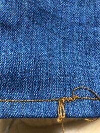 ミシンを使用する方、教えて下さい。 デニムパンツの裾上げをミシンでする際、どうしても写真のように下糸がキチキチのようになり、返し縫いがぐじゅぐじゅになります。 何をどうしたらよいのでしょうか?