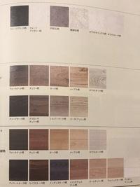 新築、床に関しての質問です。 小学生になる男の子と1歳児の男の子がいます。 新築する床を白い色のリビングにしたいのですが、主人が落ちつかないだろう、木の温もりがある方がいいといいまずは薄いメープル柄...