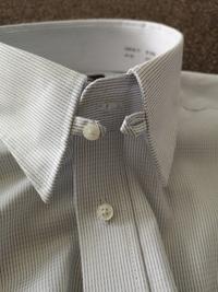 ワイシャツを買ったら、襟のところに小さな輪とボタンが付いていました。これではネクタイがつけられません。何のためのものなのでしょうか。