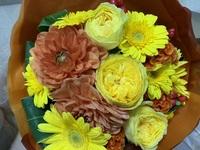 異動の送別に花束をいただきました。 ドライフラワーにしたいのですが、 花と木の実の名前などがわからずどのように すればいいかわかりません。  もし、よければ花と木の実の名前や ドライフラワーにする方法(必要な物や必要な時間など)を教えていただければ嬉しいです。
