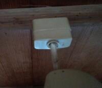 天井から吊り下げてあるタイプの照明の外し方を教えてほしいです。 祖母に部屋の電気を替えたいから外してほしいと頼まれて、しばらく頑張ったのですが全く外れません。 写真のようなコンセントは時計回りか反時...