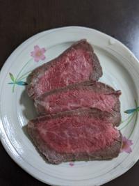 ローストビーフの作り方について質問です。 完全に冷めた後で切ったのですが、赤い肉汁が出ます。 中まで火が通っていないからですか?  火が通っていない時には食べない方がいいですか? 色はこんな感じです。